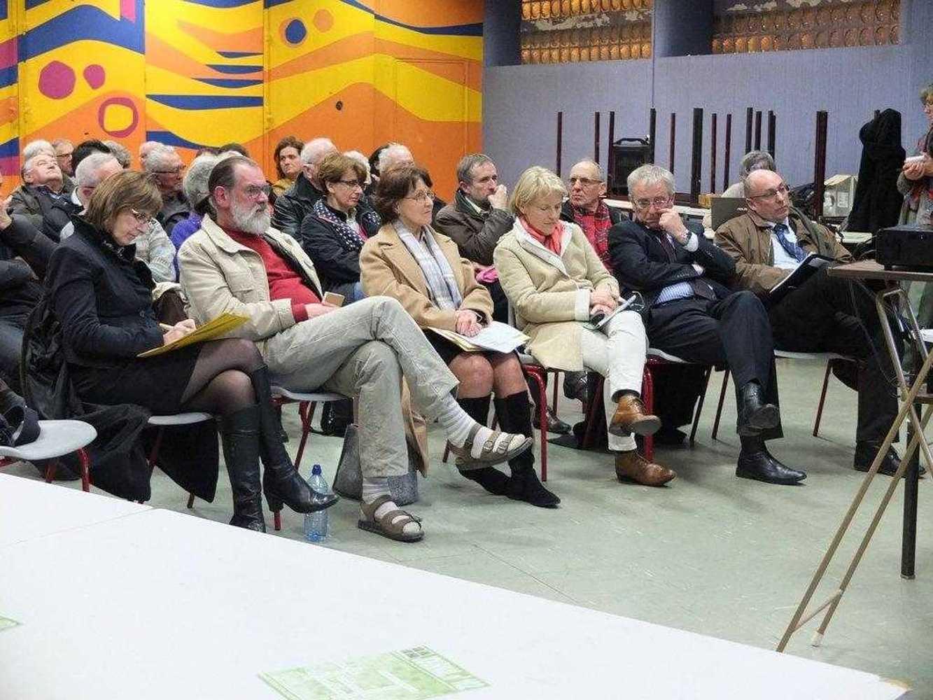 La réunion Forum du 2 avril 2013 sur l''économie dscf2524