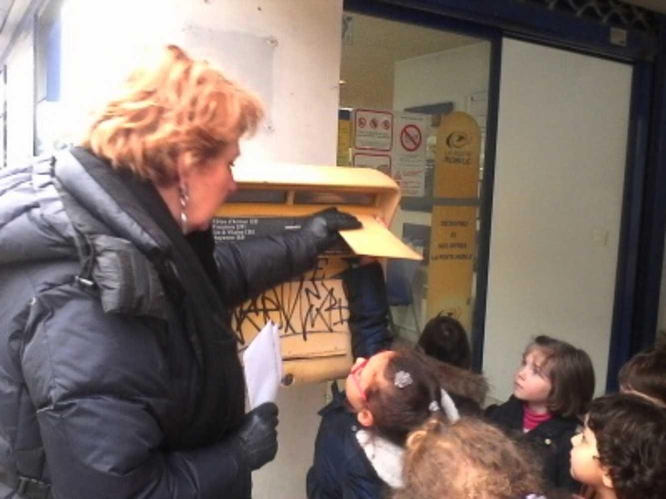 A Ste Bernadette, on apprend aux enfants à envoyer leurs vœux par la poste 0