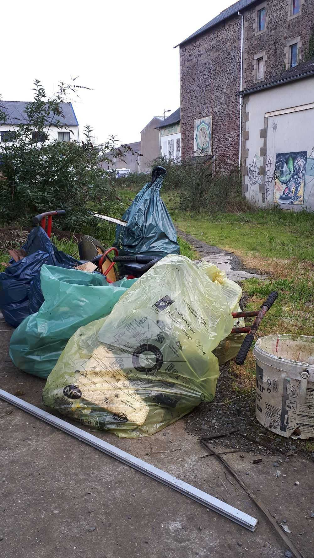 Collecte de déchets dans le quartier 20190410190421